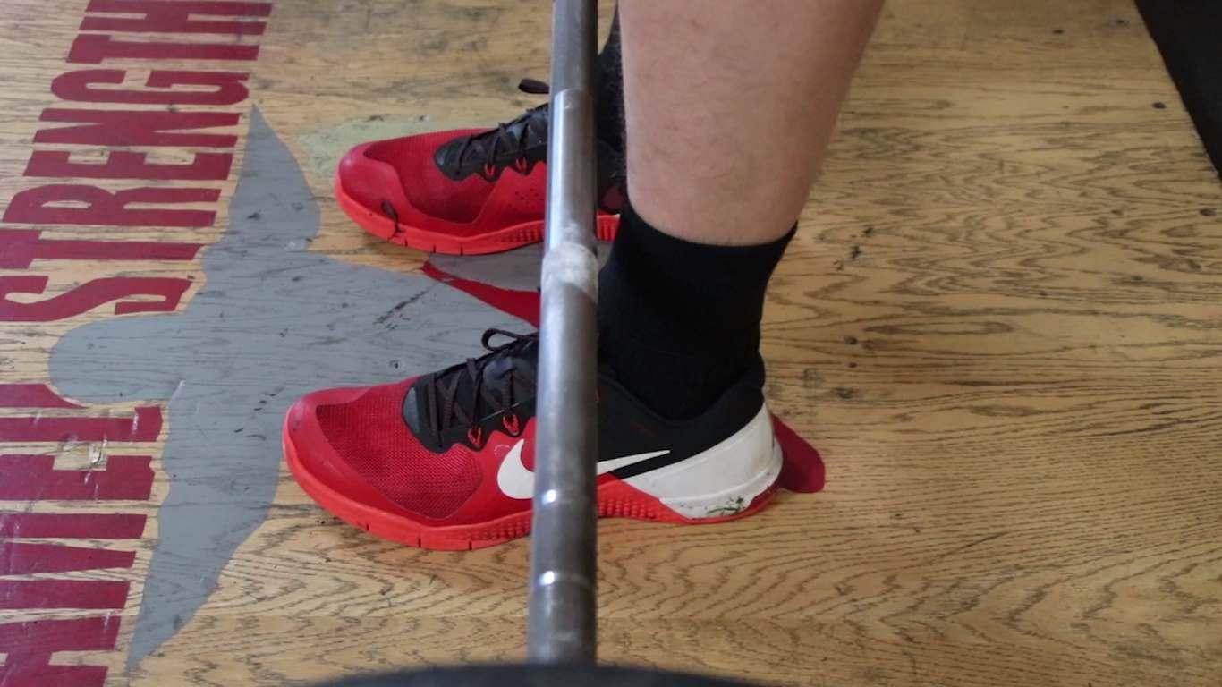 Становая тяга: штанга над серединой стопы